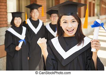 feliz, graduado faculdade, segurando, diploma, e, fazer, um, punho