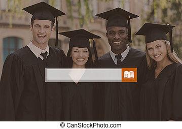 feliz, graduation., cuatro, colegio, graduados, en, trajes de ceremonia de entrega de diplomas, posición, cerca de, uno al otro, y, sonriente