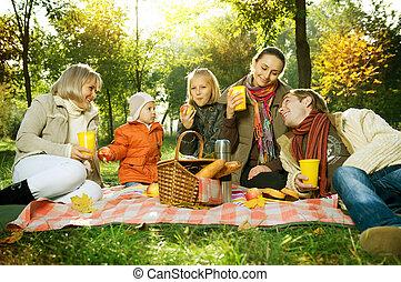 feliz, grande, família, em, outono, park., piquenique