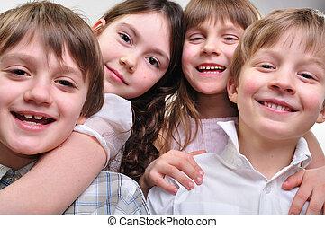 feliz, grupo crianças, abraçando, junto