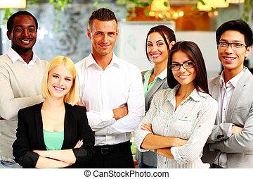 feliz, grupo, de, colegas trabalho, ficar, em, escritório