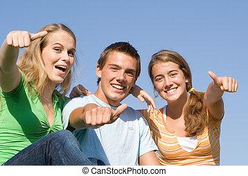 feliz, grupo, de, sorrindo, crianças, com, polegares cima