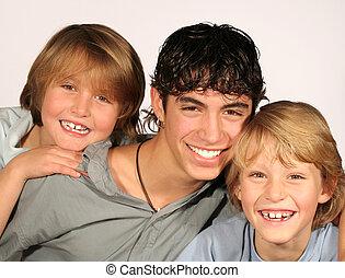 feliz, grupo, de, sorrindo, irmãos, com, dentes brancos