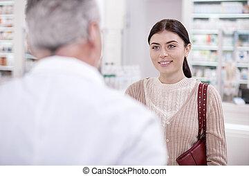 feliz, hembra, cliente, preguntar, para, consulta