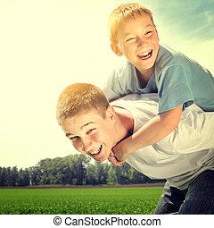 feliz, hermanos, al aire libre