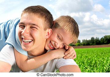 feliz, hermanos