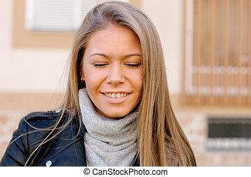 feliz, hermoso, mujer joven, en, calle