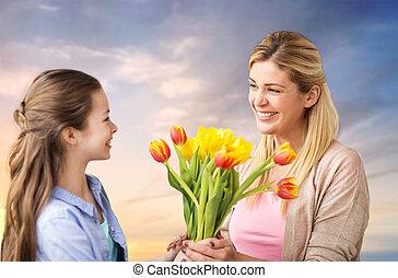 feliz, hija, dar, flores, a, madre, encima, cielo