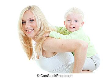 feliz, hijo, sentado, en, madre, espalda, mirar, directamente, a, cámara., tiro del estudio, isolated.
