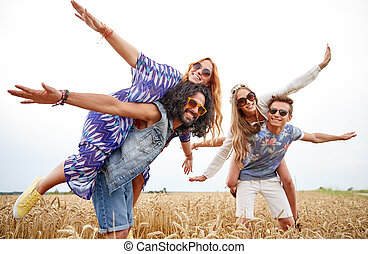 feliz, hippie, amigos, tener diversión, en, cereal, campo