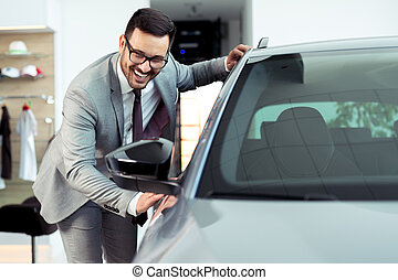 feliz, hombre, conmovedor, coche, en, automóvil, exposición, o, salón