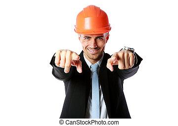 feliz, hombre de negocios, en, sombrero duro, el señalar en, usted, encima, fondo blanco