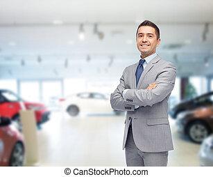 feliz, hombre, en, automóvil, exposición, o, coche, salón