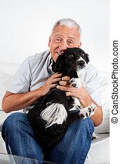 feliz, hombre mayor, con, el suyo, perro