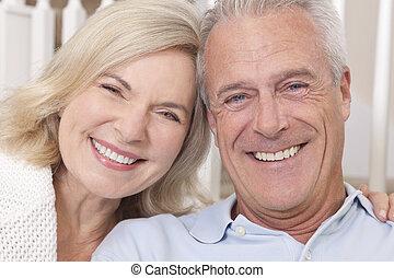 feliz, hombre mayor, y, mujer, pareja, sonriente, en casa