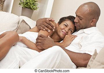 feliz, homem americano africano, &, mulher, embracing pares