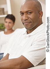 feliz, homem americano africano, mulher, par, sentando, casa