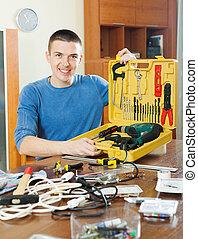 feliz, homem, com, jogo, de, trabalhando, ferramentas