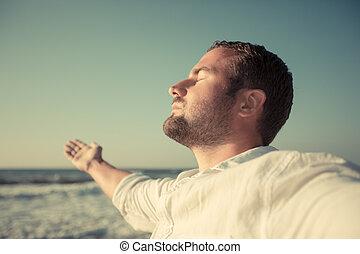 feliz, homem, duração desfrutando, praia