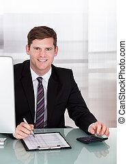 feliz, homem jovem, calculando, finanças