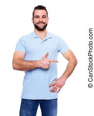 feliz, homem jovem, em, camisa pólo, mostrando, vazio, copyspace