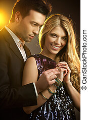 feliz, homem jovem, gifting, um, anel, para, um, bonito,...