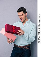 feliz, homem jovem, presente abertura, caixa