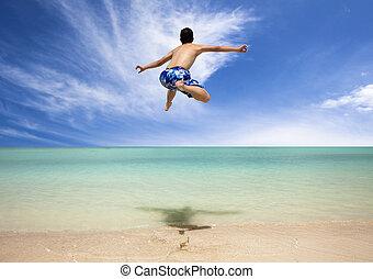 feliz, homem jovem, pular, praia
