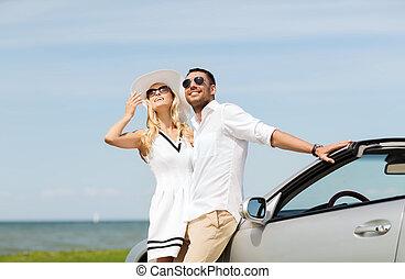feliz, homem mulher, abraçando, perto, car, mar