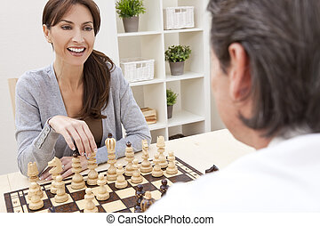 feliz, homem, &, mulher, par, xadrez jogando