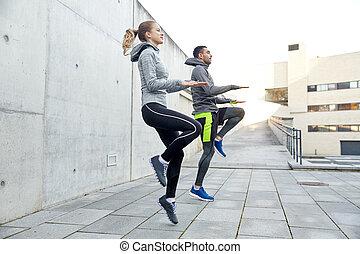 feliz, homem mulher, pular, ao ar livre
