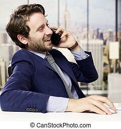 feliz, homem negócio, telefone, em, escritório, em, cidade