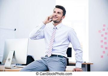feliz, homem negócios, conversa telefone, em, escritório