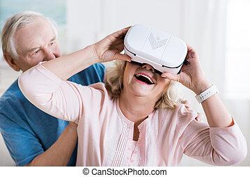 feliz, homem sênior, e, mulher, em, realidade virtual, headset, casa