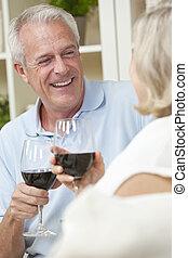 feliz, homem sênior, &, mulher, vinho bebida par, casa