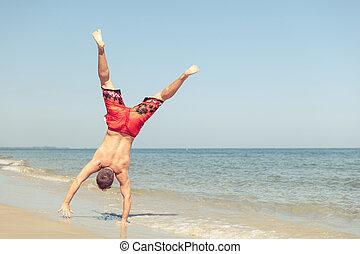 feliz, homem saltando, praia