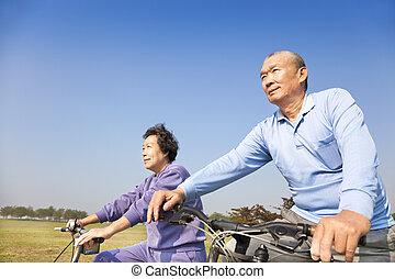 feliz, idoso, seniores, par, biking