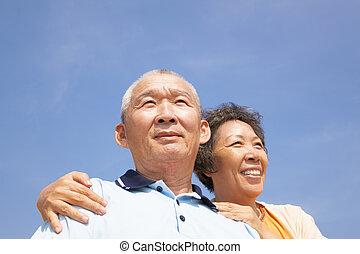 feliz, idoso, seniores, par, com, nuvem, fundo
