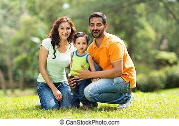 feliz, indianas, família, ao ar livre