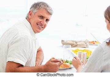 feliz, jantar, durante, sorrindo, vista, lado, homem
