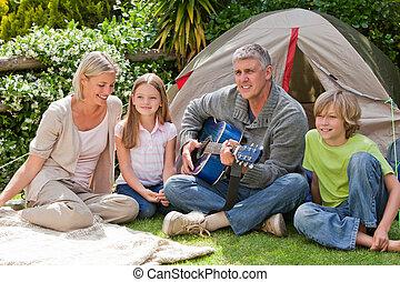 feliz, jardín, familia que acampa