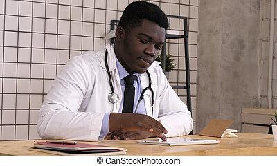 feliz, jovem, americano africano, trabalhador cuidado saúde, com, tabuleta, computer.
