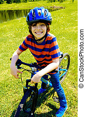 feliz, jovem, ciclista