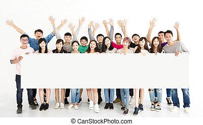 feliz, jovem, grupo, mostrando, vazio, tábua