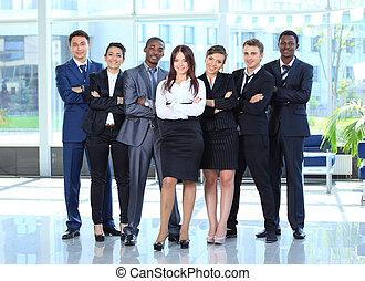 feliz, jovem, mulher negócio, com, dela, equipe, em, fundo