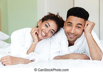 feliz, joven, africano, par cariñoso, cama
