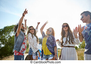 feliz, joven, hippie, amigos, bailando, aire libre