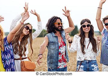 feliz, joven, hippie, amigos, bailando, en, cereal, campo