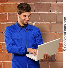 feliz, joven, técnico, trabajo encendido, computador portatil