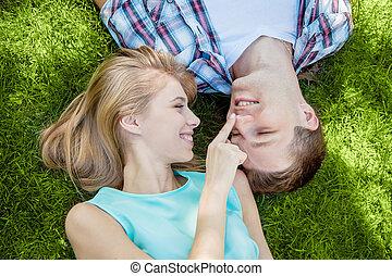 feliz, jovens, ao ar livre